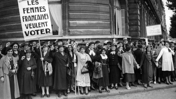Le droit de vote féminin : réalisation de la Une d'un quotidien